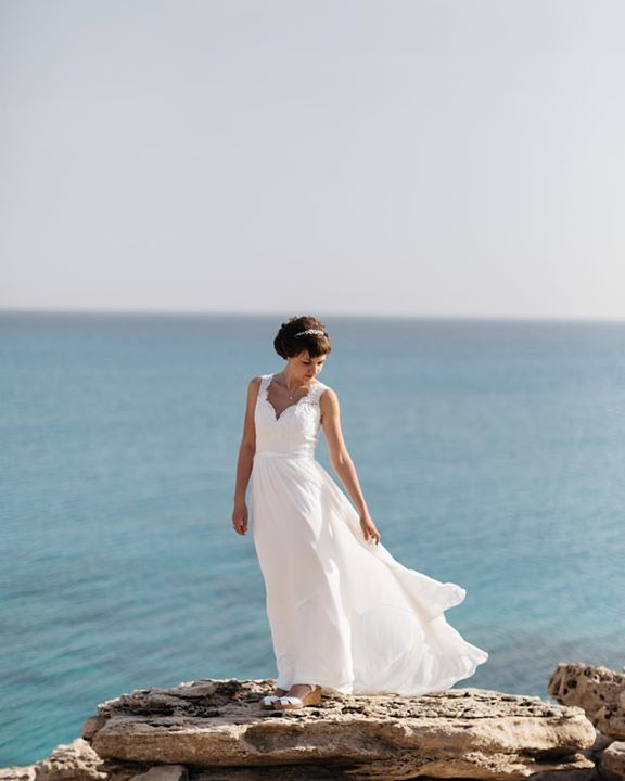 We're proud to tell about our fantastic brides. This is Alexandra incredible young woman and talented illustrator. Check out her page @lexihastra and follow! #fontanawedding #antonwelt #bride #cyprus #wedding #bride #seashore #weddingdress