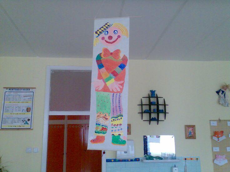 Óriás bohóc- festés csoportmunkában, színeket, formákat,ruha dekorációját a gyerekek önállóan készítették.( 1. osztály)