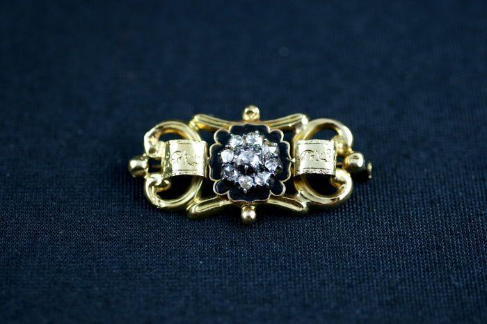 Antiek emaille pin set met diamanten.  Antieke geëmailleerd in 18 kt geel goud en zilver (kenmerken van een uil en een zwaan) ingesteld met rose-cut diamant in het midden voor een geschatte totaalgewicht van.5 ct.Werk van de 19e eeuw Napoleon III.Bruto gewicht: 7.57 gBreedte: 4.50 cmConditie: lichte krassen in het goud verschillende diamanten worden afgestoken en er zijn zeer kleine plaatsen waar het glazuur verdwenen is zie foto's.Bijgehouden Colissimo verzending met verzekering.  EUR 1.00…