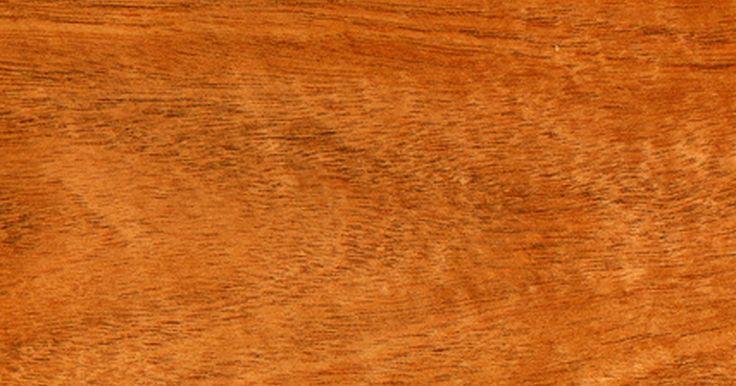 ¿Cuáles son las características de la madera de caoba?. La caoba es una madera muy apreciada por la base de su dureza, resistencia y belleza. Es considerada comúnmente como el líder mundial en madera de excelente calidad para mesas y sillas, armarios, escultura, molduras de interior y otras aplicaciones.