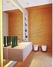 banheiro com revestimento que parece madeira