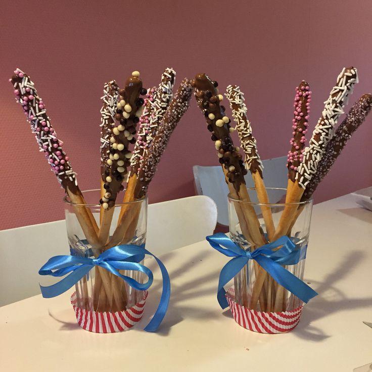 Toverstokjes van soepstengels met chocola en eetbare glitters, hagelslag en chocoladebolletjes. Gemaakt voor het kerstdiners op school 2015 als dessert