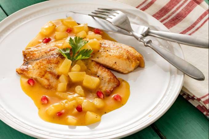 Almoço leve e agridoce: tilápia com maracujá e pera