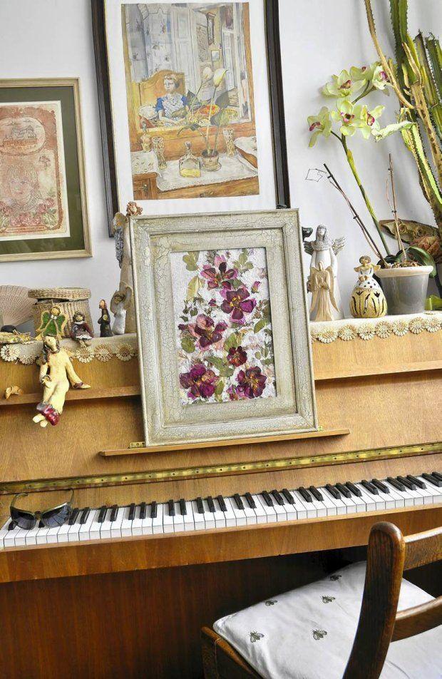 asamblaż - obraz z kwiatów na papierze czerpanym