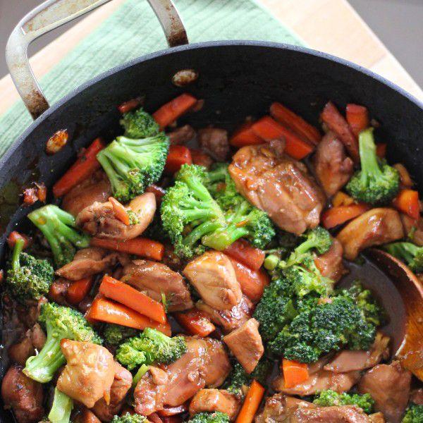 Kip met verse groente. Serveren met rijst.