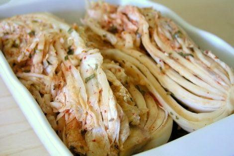 Kimchi to bardzo zdrowa i oryginalna potrawa kuchni koreańskiej. Jak wynika z badań naukowych, specyficzny sposób dla Koreańczyków przygotowania (kiszenia) kapusty kimchi, wzbogaca ją o duże ilości witaminy A, C, PP oraz zbiór witamin z grupy B.