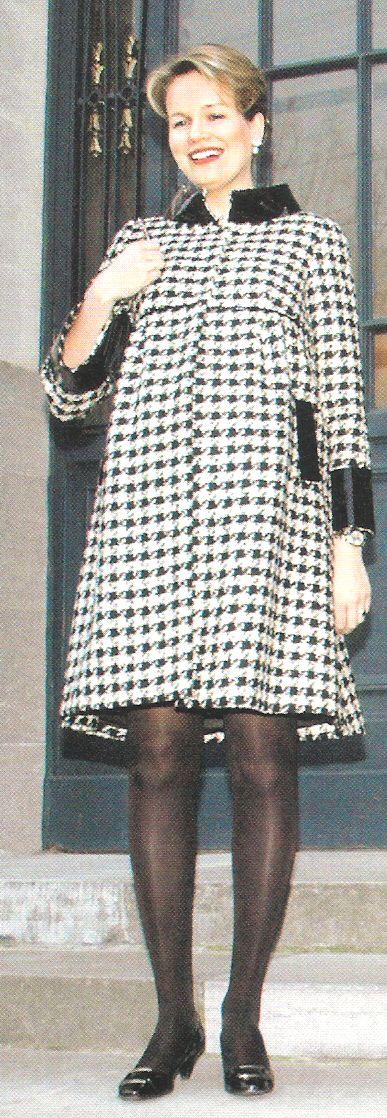 Reine Mathilde au perron du Château de Laeken avril 2008 revue Royal (scanner une partie de l' image) .