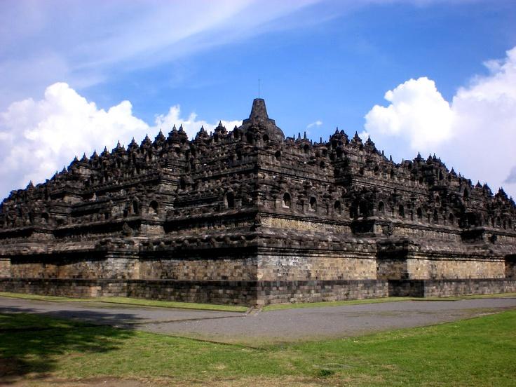 Borobudur adalah nama sebuah candi Buddha yang terletak di Borobudur, Magelang, Jawa Tengah, Indonesia. Candi berbentuk stupa ini didirikan oleh para penganut agama Buddha Mahayana sekitar tahun 800-an Masehi pada masa pemerintahan wangsa Syailendra, menurut bukti-bukti sejarah, Borobudur ditinggalkan pada abad ke-14 seiring melemahnya pengaruh kerajaan Hindu dan Buddha di Jawa serta mulai masuknya pengaruh Islam.