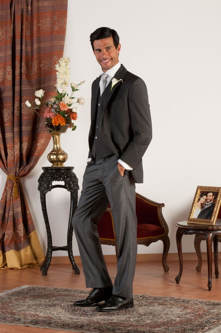 BEN Abito sartoriale completo con giacca mezzo tight realizzata in fresco di lana grigio con revers a lancia, pantalone in gessato, gilet in fresco di lana grigio, bottoni in madreperla naturale.