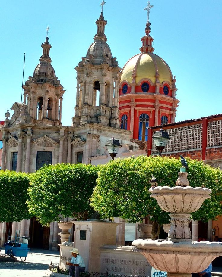 Una de las Plazas de Jalostotitlan y al fondo el Templo de Sagrado Corazón. #jalostotitlan #jalisco #mexico #beginnersmx #parroquia #proyectomexico #vive_mexico #templosdemexico #visitmexico #turismo_mexico32 #pasionxmexico #mexicaniando #mextagram #mexico_maravilloso #jaliscomexico #churches #architecture #somospatadeperro #instagramers #instagram #instamexicanos #mexicomagico #pueblitosdemexico (en Jalostitlan, Jal.)
