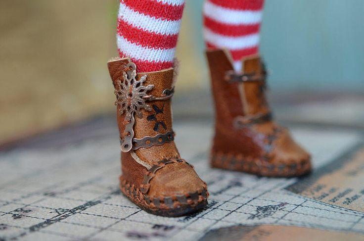 Steampunk lederen laarsjes voor Blythe pop. Lederen schoenen van de pop. Handgemaakte laarzen. door Fenekdolls op Etsy https://www.etsy.com/nl/listing/524200531/steampunk-lederen-laarsjes-voor-blythe