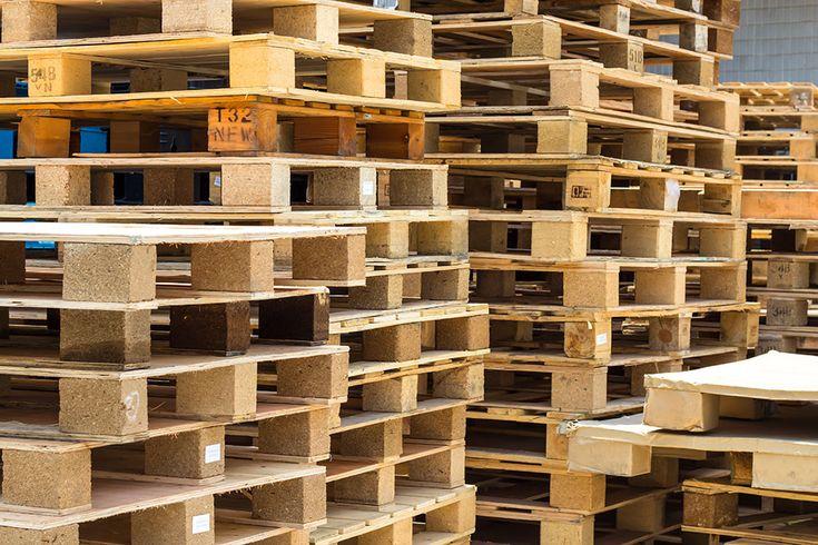 Paller er moderne at ombygge til indendørs- og udendørsmøbler - men du skal udvælge dem med forsigtighed. Se her, hvorfor.