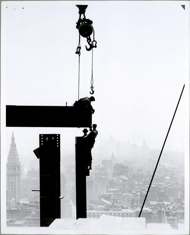 30 Vintage Photos of the Empire State Building Under Construction: http://twistedsifter.com/2012/06/vintage-photos-of-the-empire-state-building-under-construction/#.T-VcEK06jfQ.twitter via @twistedsifter  42年間世界一の高さを誇った超高層ビル「エンパイア・ステート・ビルディング」命懸けの建設作業風景写真30枚 - DNA
