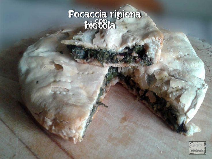 Focaccia ripiena con bietola, noci, uva sultanina e filetti di acciughe è una ricetta semplice e genuina.