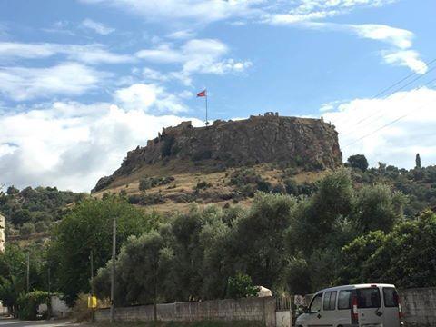 BEÇİN KALESİ-MİLAS-MUĞLA Milas-Ören Karayolunun 5.km'sinde yer alan Beçin, Menteşe Oğulları tarafından kurulmuş bir ortaçağ şehridir. Fotoğrafta Beçin Kalesi yer alıyor.