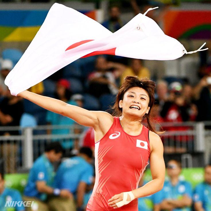 【#リオ五輪】女子 #レスリング 58㌔級で #伊調 選手も同じく終了間際の逆転勝ちです。史上初の4連覇を達成!日の丸を振り回し声援に応えていました(柏)http://bit.ly/2aCjDN2  #rio2016