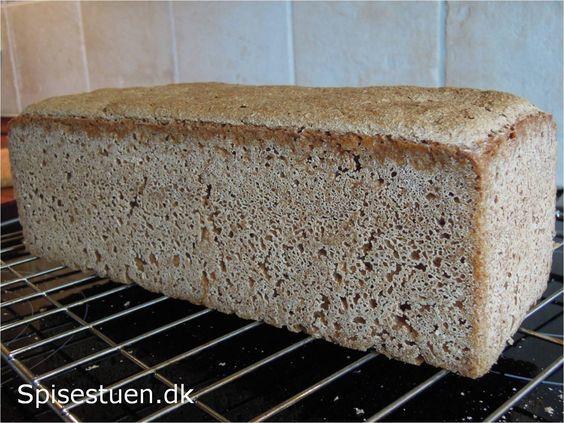 Jeg har snart bagt rugbrød i 20 år og kører stadig med den samme opskrift. Jeg bager en gang om ugen og det fungerer perfekt med surdej. For tiden bager jeg mest dette brød uden kerner, da mindsteb…
