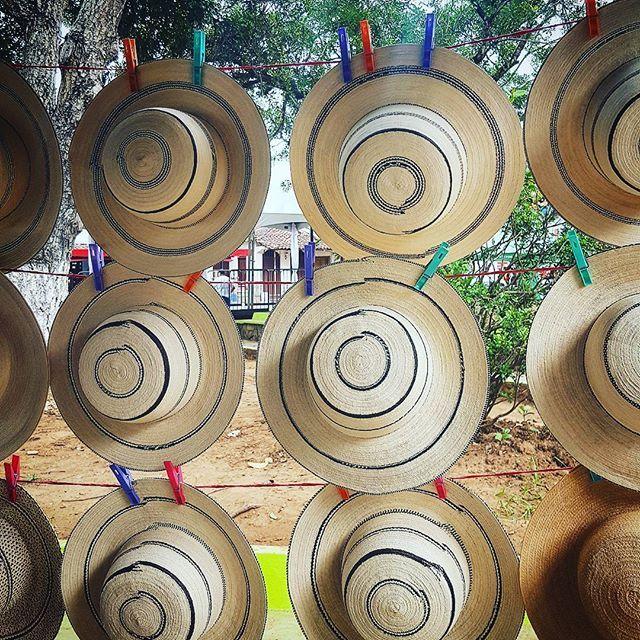 Viendo fotos de fines de semanas pasados me encuentro con estos sonbreros pintados.... #pty #sombrerospintados #folklorepanama #instapict #regram #insta #pty🇵🇦 #panama #regrannn