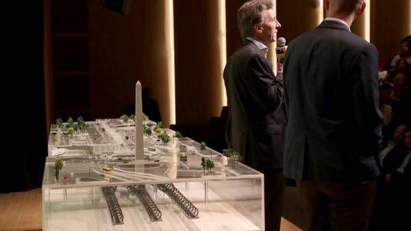 De espaldas. Macri ayer al anunciar el proyecto con la maqueta de la estación central bajo el Obelisco. El mega proyecto promete conectar todas las líneas de ferrocarril en el Obelisco, donde se haría una gran estación central que además uniría los trenes con los subtes, el Metrobus y la red de Ecobici./GCBA
