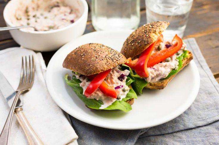 Recept voor lunch-tip: broodjes tonijnsalade voor 4 personen. Met zout, peper, tonijn uit blik, paprika, spinazie, broodje, yoghurt, mayonaise, rode ui, kappertjes en citroensap