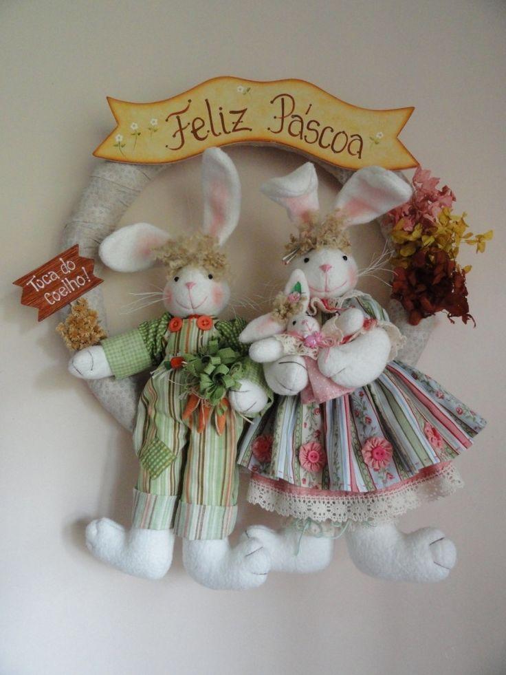 Guirlanda de coelhos. Confeccionada com melton e tecido 100% algodão. <br>Eles são um charme e estão esperando a chegada da Páscoa com muita alegria e amor no coração. <br>Tamanho: 42 cm (largura) x 51 cm (altura)