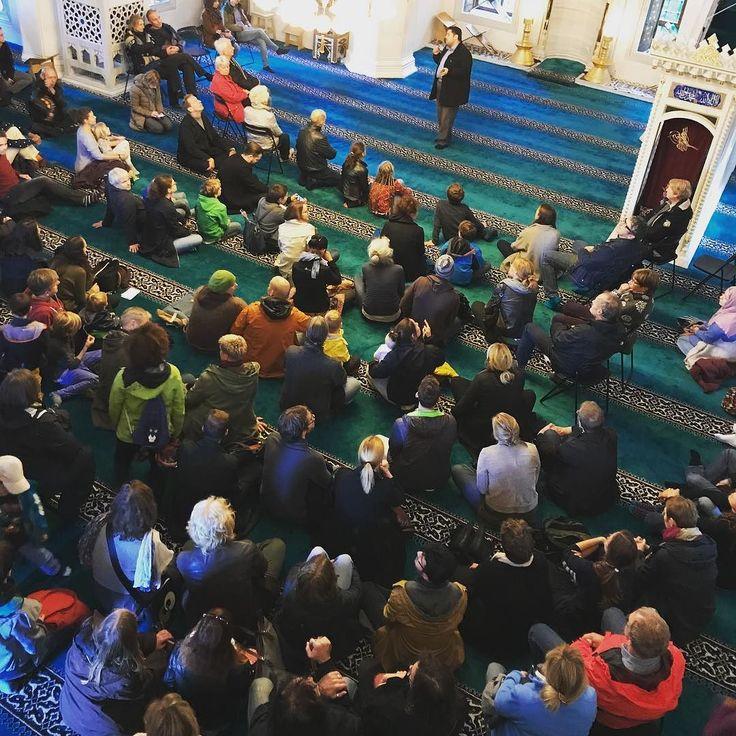 Tag der offenen Moschee. ____________________________________________________ #tagderoffenenmoschee #berlin #mosque #moschee #sehitlik #columbiadamm #openmosque #islam #dritteroktober #architecture #crowd #religiousarchitecture #islamicarchitecture #architektur #architecturephotography #sitting #listening #explainingmosque #ditib