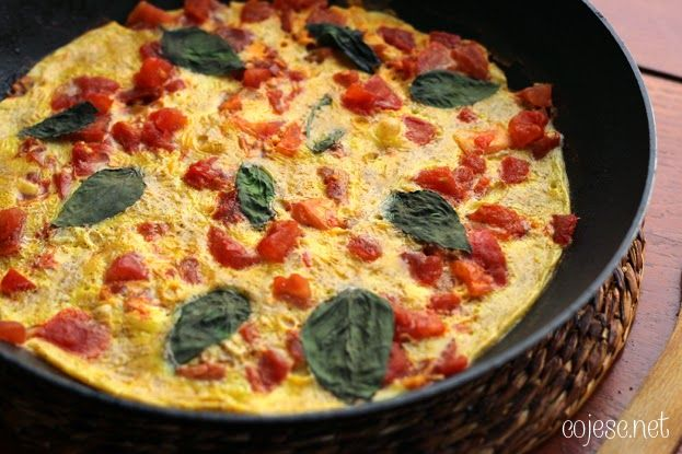 Omlet jajeczny z dojrzałym pomidorem i świeżymi listkami bazylii | Zdrowe przepisy Pauliny Styś