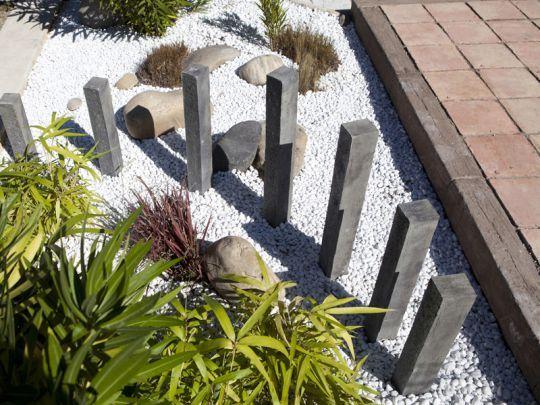 Le Piquet de Schiste BRADSTONE et des galets blanc dans un jardin intemporel, as des géométries variables