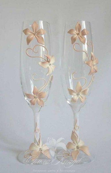 Bicchieri personalizzati per brindisi degli sposi decorati con fiori. Wedding glasses with flowers. #wedding