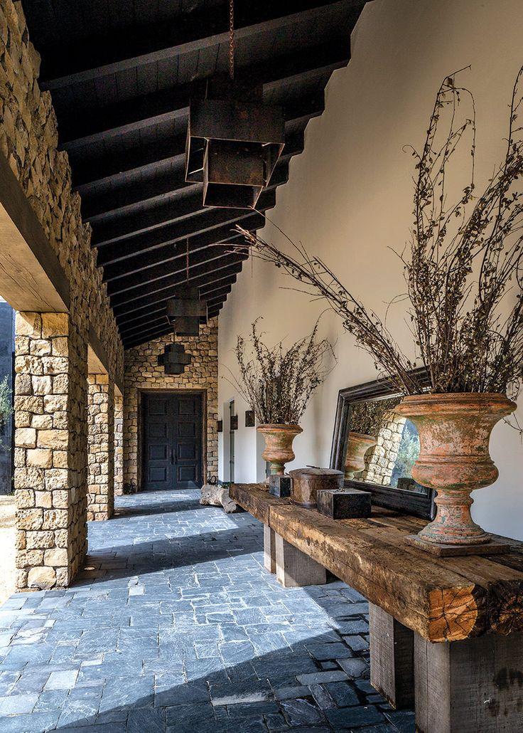 Alejandro Escudero imprime su maestría y su esencia en una residencia inmersa en el hermoso contexto natural de Valle de Bravo.