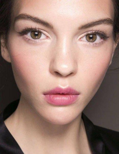 Il existe des tendances beauté qui, dans la tête des filles branchées, paraissent démodées. Le maquillage permanent en fait partie. Très en vogue il y a une vingtaine d'années, cette technique qui consiste à pigmenter certaines zones du visage, remplace de manière plus ou moins durable certains produits de maquillage. http://www.elle.fr/Beaute/Maquillage/Tendances/maquillage-semi-permanent-2864220
