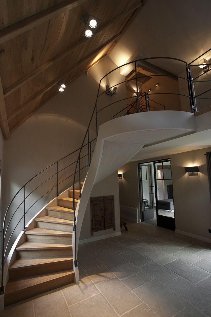 Ruime hal met houten trap met zwarte leuning