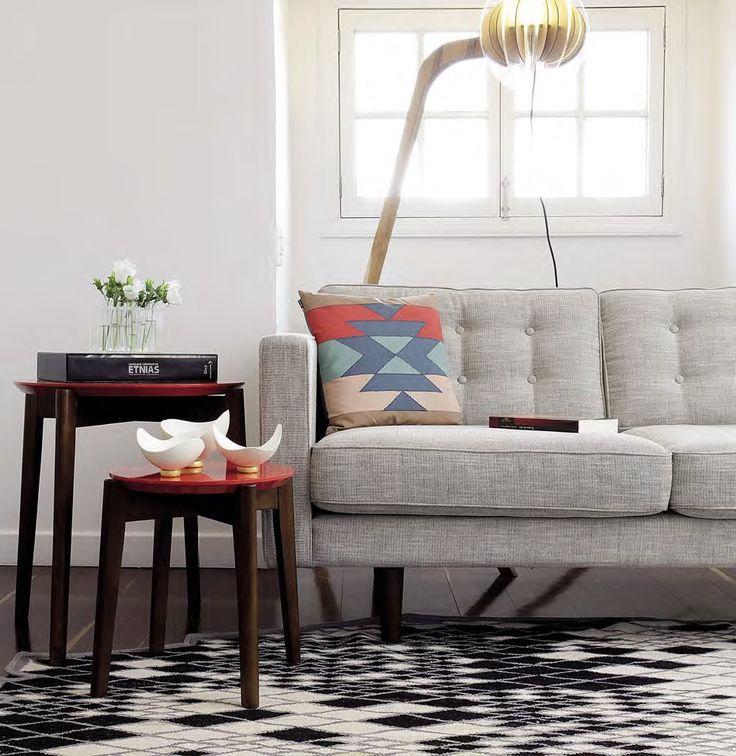 Un rincón que apuesta no solo por la comodidad sino por las cosas bellas, por aquello que es útil pero también decorativo. Es además una alegre combinación de rojos que complementan la madera y contrastan de forma elegante con el gris y el negro.