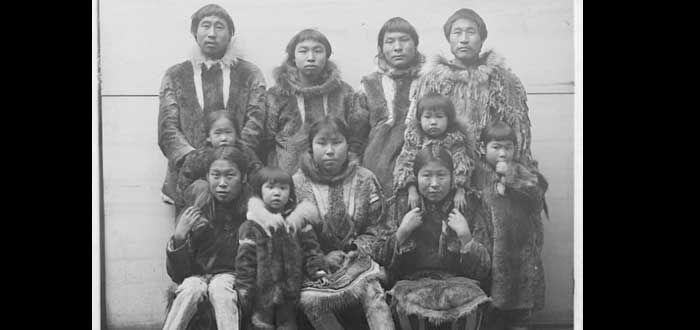 """El pueblo Inuit, conocido antes como """"esquimales"""", es otra de las culturas en que estuvo permitida la poliandria. En este caso era el primer marido el que elegía al segundo, en muchos casos un hermano, para que protegiera la casa y a la familia cuando él no pudiera estar presente. Su filosofía era que si la mujer quedaba embarazada en su ausencia, por lo menos el retoño sería hijo de alguien a quien él había elegido."""