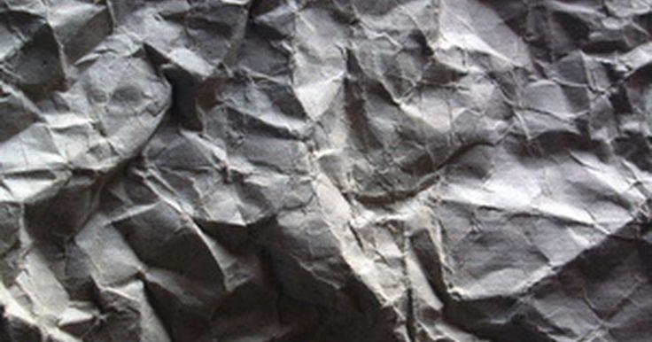 Cómo hacer aislante de celulosa con papel picado. El aislante de celulosa generalmente está hecho de diarios reciclados empapados de retardante de fuego. Este tipo de aislante recicla papel, te ahorra dinero por ayudar a mantener los costos de energía y hace que te sientas más fresco en verano y cálido en invierno.