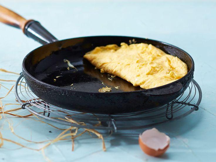 Low Carb-Liebling: Mit unserem Omelett-Grundrezept lässt sich fix eine leichte Mahlzeit zubereiten. So geht's Schritt für Schritt.