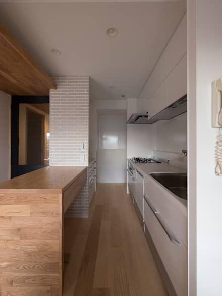 作業台カウンターを設えたシンプル動線のキッチン: 株式会社エキップが手掛けたキッチンです。