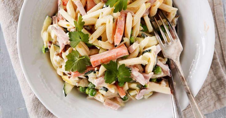 Muistatko, miten hyvältä maistuu perinteinen italiansalaatti? Tämä majoneesipohjainen pastasalaatti on klassikko, joka sopii niin juhlapöytään kuin arkeenkin. S