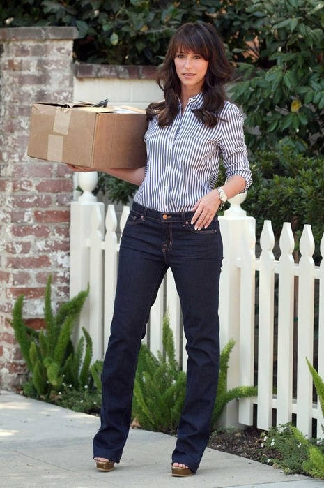 Jennifer Love Hewitt, jeans, striped shirt, gold sandals ☑️