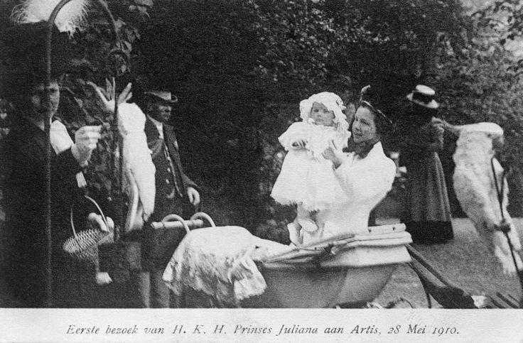 Begeleid door hofpersoneel brengt de 13 maanden oude prinses Juliana een bezoek aan de dierentuin Artis. Een hofdame voert een papegaai. ANPFOTOBENELUXPRESS