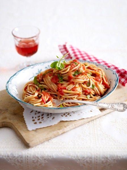 Bolognese und aglio e olio waren gestern. Heute auf dem Tisch: eine schnelle Nudelsoße ohne Kochen. Aus dem Kühlschrank, auf dem Teller - himmlisch!