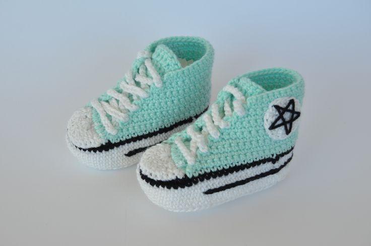 Zapatillas de crochet para bebés hechas a mano estilo converse.  https://www.etsy.com/es/listing/197915304/botines-para-bebe-estilo-converse-hecho?ref=related-4
