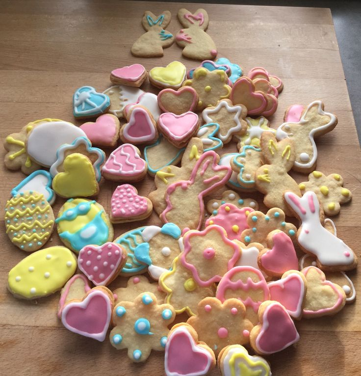 Selbstgemachte Osterkekse mit royal icing
