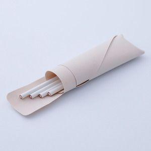 ペンケース katamakuは、東京ドームなどの屋根に使われる膜素材の新しい可能性です。 東京ドームなどの屋根などに使用され、建材としての「強さ」と「美しさ」を兼ね備えた膜素材。 katamaku(カタマク)は、建物の施工時に発生する端材を活用した、 ケースやバックなどの普段使いのプロダクトシリーズです。 素材自体の美しさを活かすため、 型取りした一枚の生地を着物のように折り重ねるだけのシンプルなデザインを意識。 日頃、手に触れることのない素材の質感を体験してみてください。