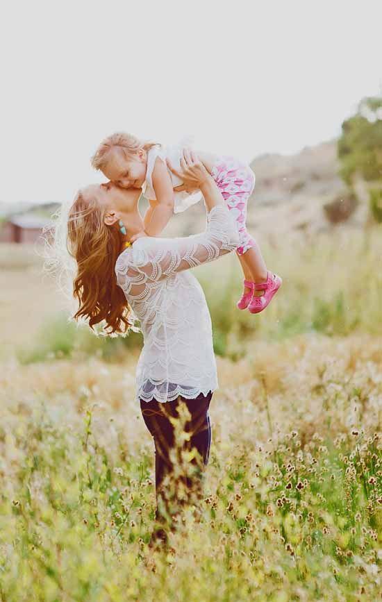 Instant tendresse et câlin entre une maman et sa fille !  Venez découvrir d'autres beaux moments de complicité en famille sur nosdelicieuxmoments.fr