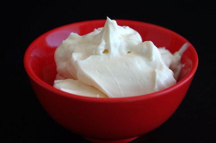 """Receita de Queijo creme de Kefir Simplesmente delicioso. Ingredientes: 1 litro de leite 2 colheres (sopa) de grãos de kefir Preparação: Colocar o leite num recipiente de vidro (ou plástico), juntamente com os grãos de kéfir e deixar fermentar durante 3 dias (76 horas). Depois desse tempo coar os grãos de kéfir num coador fino (não metálico). Colocar o """"iogurte"""" resultante num coador de café (ou de tecido muito fino), sem deixar tocar no fundo do recipiente. (Neste processo o soro vai caindo…"""