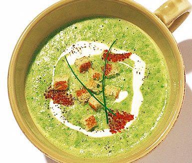 Den exklusiva soppan Crème Ninon baseras på gröna ärtor och vitt vin. Den här tjusiga soppan smaksatt med vitlök, gul lök och citronjuice får sina lena härliga konsistens av vispgrädde. Dekorera med yoghurt, fiskrom, krutonger och nyklippt gräslök.