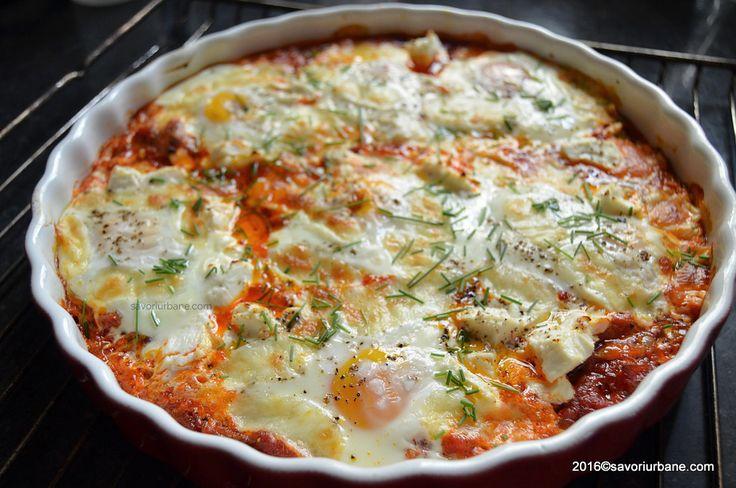 Ghiveci de legume cu ochiuri - reteta de shakshuka. O tocana de legume foarte gustoasa si sanatoasa compusa din ardei, ceapa, rosii. La cuptor, cu branza