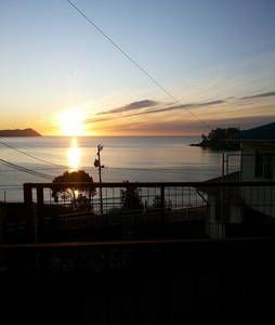 Échale un vistazo a este increíble alojamiento de Airbnb: Acogedora Cabaña Vista al Mar  Niebla-Los Molinos - Cabañas en alquiler en Niebla