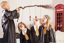How to Throw a Harry Potter Party Potrebbe essere fatto come il gioco della mela nell'acqua...bisogna trovare la chiave giusta per trovare la pietra filosofale o per aprire la gringott